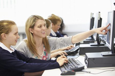 maestra: Profesor y alumno en la escuela Clase ordenador Foto de archivo