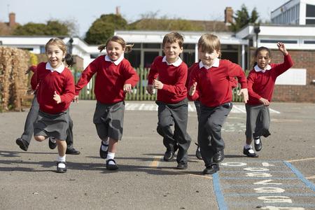 dzieci: Uczniowie szkół podstawowych przebiegu na placu zabaw
