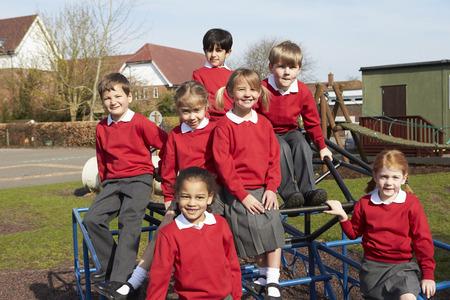 ni�os sonriendo: Retrato de alumnos de Escuelas Primarias En Art�culo de monta�ismo
