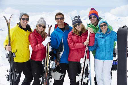 Skupina přátel bavit na lyžařskou dovolenou v horách Reklamní fotografie