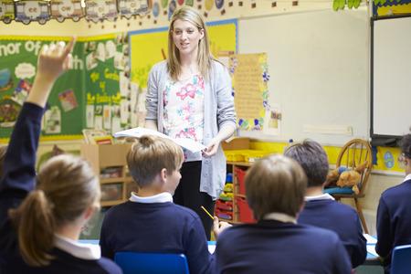 salle de classe: Enseignement Enseignant leçon à des écoles élémentaires élèves