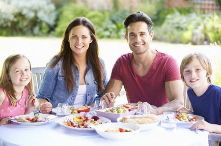 niños comiendo: Retrato de la familia disfruta de la comida al aire libre Juntos