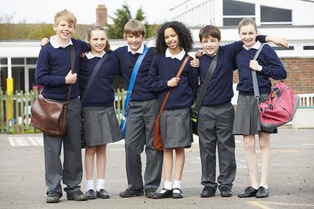 Portret van de basisschool leerlingen in Speelplaats Stockfoto