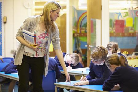 Elementary School Leerlingen Zitten Onderzoek in Klaslokaal
