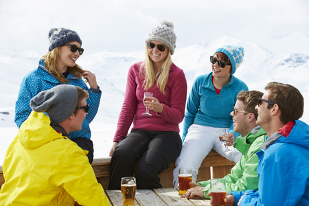 bebidas frias: Grupo de amigos que disfrutan de la bebida en bar En la estaci�n de esqu�