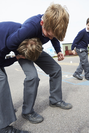 Twee jongens Vechten In schoolplein
