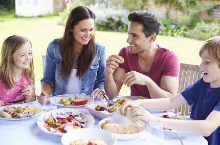 comidas: Familia disfruta de la comida al aire libre, junto