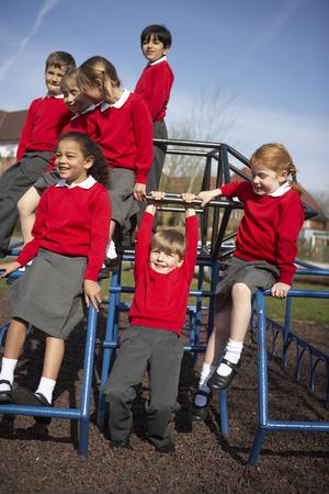 ni�os sanos: Los alumnos de Escuelas Primarias En Art�culo de monta�ismo Foto de archivo
