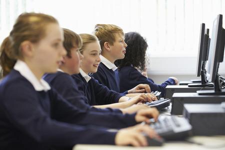 scuola: Linea dei bambini a scuola di classe Computer Archivio Fotografico