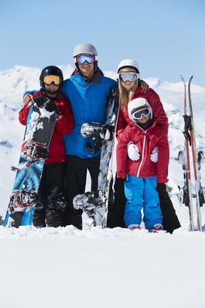 Familie auf Ski-Feiertag in den Bergen