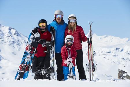 山でのスキー休暇に家族