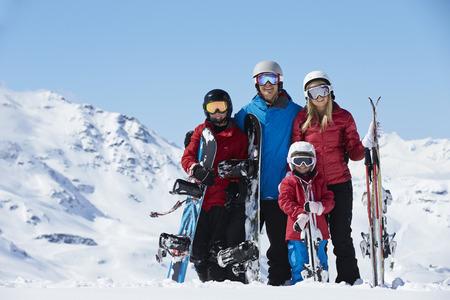 famille: Famille en vacances de ski In Mountains Banque d'images
