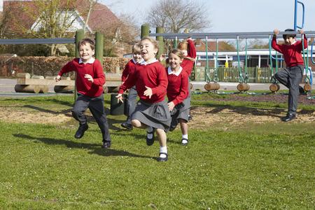 ni�os jugando en la escuela: Los alumnos de la escuela primaria que se ejecutan Cerca Art�culo de monta�ismo