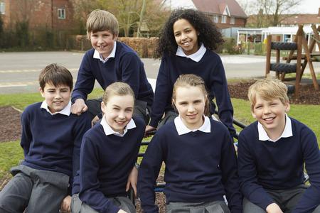 Portrait Of élèves des écoles élémentaires dans la cour Banque d'images - 42402512