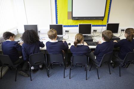 uniforme escolar: Línea de los niños en la escuela Clase ordenador Foto de archivo