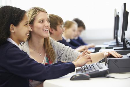 uniforme: Profesor y alumno en la escuela Clase ordenador Foto de archivo