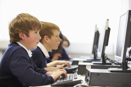 escuela primaria: L�nea de los ni�os en la escuela Clase ordenador Foto de archivo