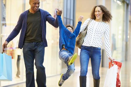 부모와 함께 쇼핑몰로 여행하는 어린이 스톡 콘텐츠