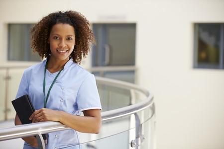 병원에서 디지털 태블릿으로 여성 간호사의 초상화