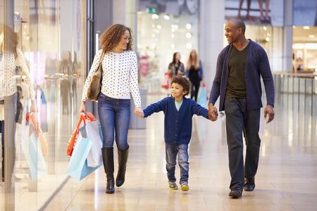 centro comercial: Niño en viaje al centro comercial con los padres