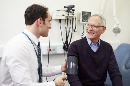 Docteur Prendre la tension artérielle du patient principal Dans l'hôpital