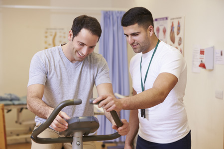 fisioterapia: Paciente que tiene Fisioterapia en bicicleta de ejercicio en el hospital