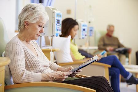 Ältere Frau, die eine Chemotherapie im Krankenhaus Lizenzfreie Bilder