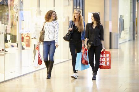 세 여자 친구 쇼핑 몰 함께 스톡 콘텐츠