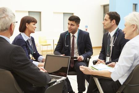 Grupo de Consultores sentado a la mesa en el hospital de reuniones Foto de archivo