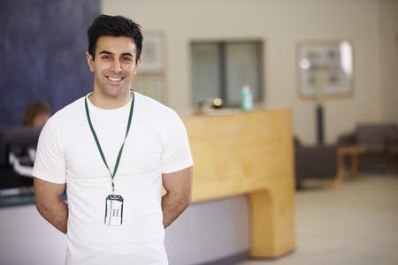 recepcion: Retrato De Hombre Fisioterapeuta En el Hospital de recepción