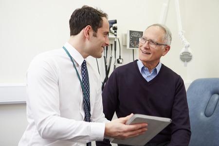 Consultant Affichage Résultats des tests des patients sur la tablette numérique Banque d'images - 42307281