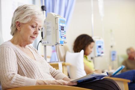 Старший женщина проходит курс химиотерапии в больнице