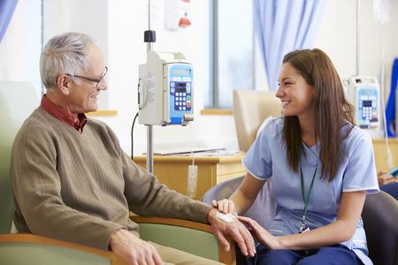 Älterer Mann, der eine Chemotherapie mit Krankenschwester