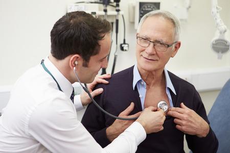 Arts die Hogere Mannelijke patiënt in het ziekenhuis Stockfoto