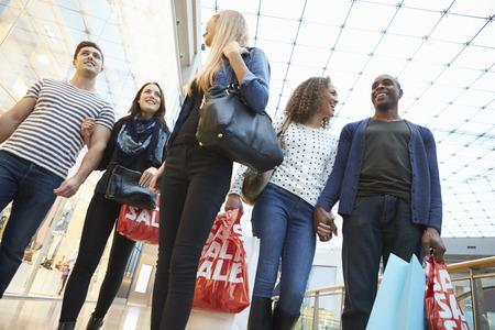 centro comercial: Grupo de amigos de compras en el centro comercial Juntos