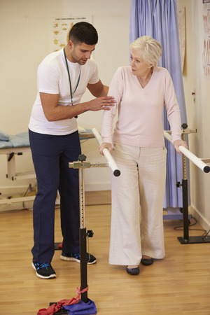 fisioterapia: Paciente de sexo femenino mayor que tiene fisioterapia en el hospital