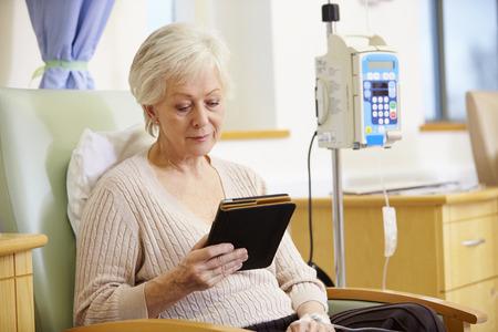 persona de la tercera edad: Mujer mayor que se someten a quimioterapia con la tableta digital