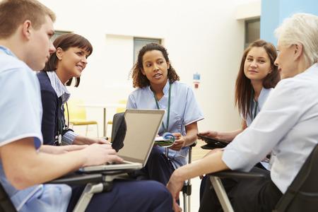Membros da equipe médica em encontro Juntos