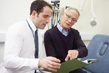 medico con paciente: Consultor Discutir los resultados de prueba con el paciente Foto de archivo
