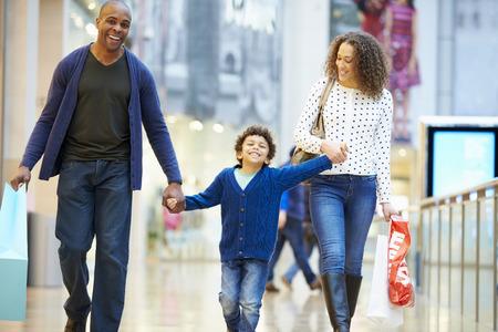 chicas comprando: Niño en viaje al centro comercial con los padres