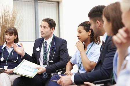 grupo de médicos: Miembros del personal médico en el cumplimiento de Juntos