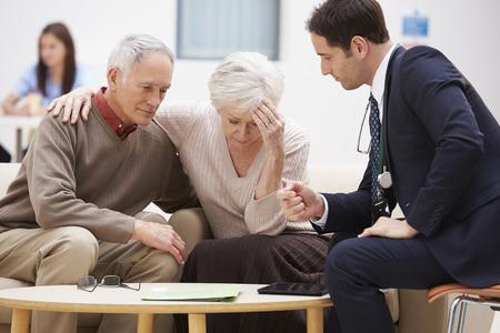 medico con paciente: Pareja mayores que discuten resultados con el doctor