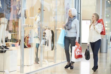 母と一緒のショッピング モールでアダルト娘