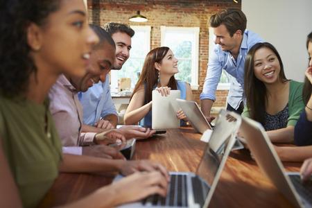 inspiración: Empresarios y empresarias Reunión para discutir ideas