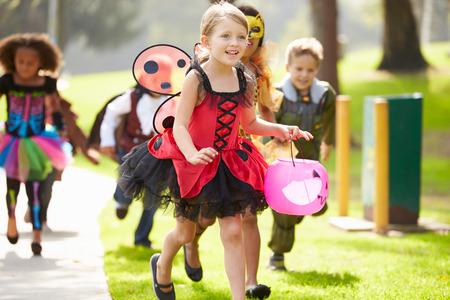 Kinderen In Fancy Costume Dress Going trick or treat
