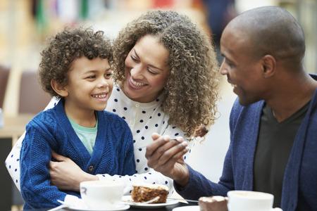 Famille Bénéficiant Snack Dans Caf Ensemble Banque d'images - 42307400