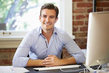 üzlet: Az ember dolgozik a számítógép Kortárs Hivatal