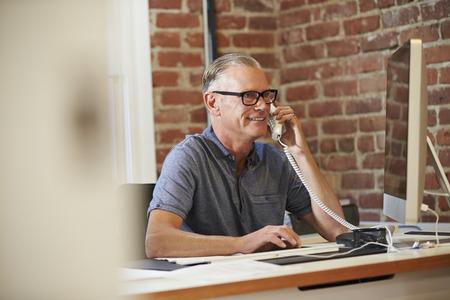 현대 사무실에서 컴퓨터에서 일하는 남자