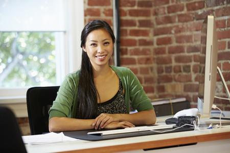 현대 사무실에서 여자 작업에서 컴퓨터