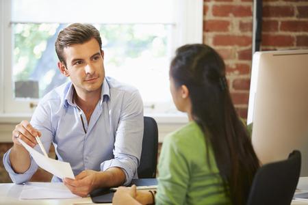 menschen: Geschäftsmann Viewing Weibliche Bewerber Im Büro Lizenzfreie Bilder